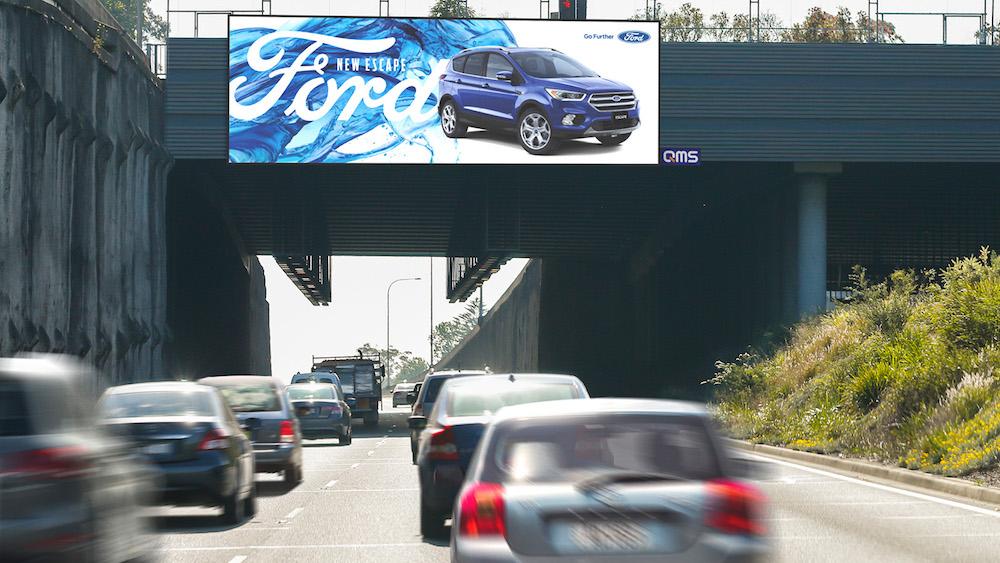Der bereits im Mai installierte Screen The Hills an der M2 wirbt für Ford (Foto: QMS Media)