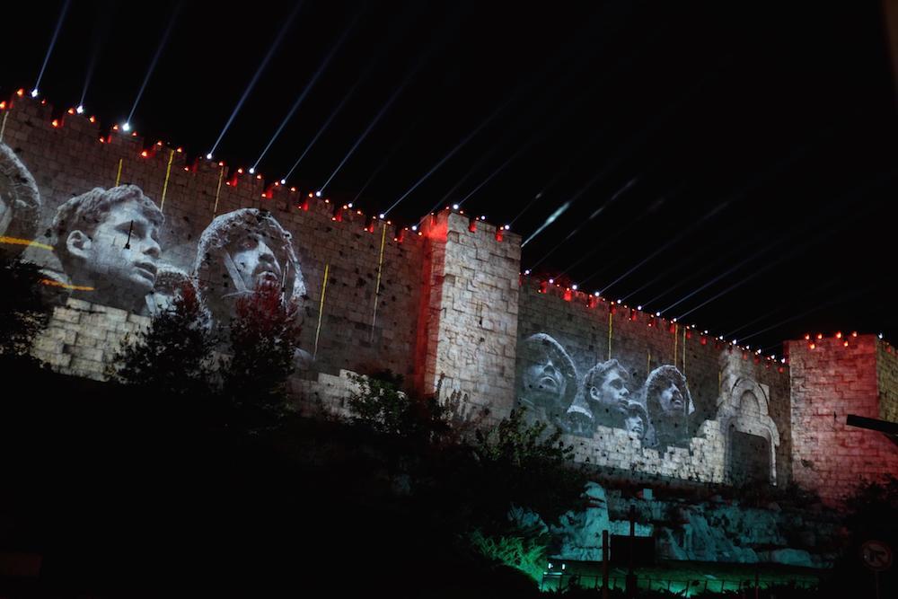 Die wechselvolle Geschichte der Stadt wurde auf den Mauern lebendig (Foto: Epson)