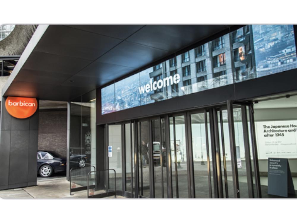 Eingangsbereich des Barbican mit dem neuen LED Screen (Foto: Christie)