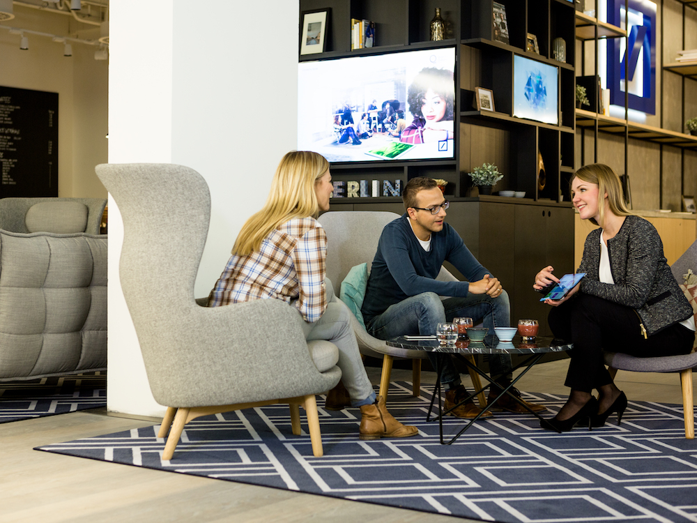 Kunden und Beraterin im Quartier Zukunft (Foto: Deutsche Bank)