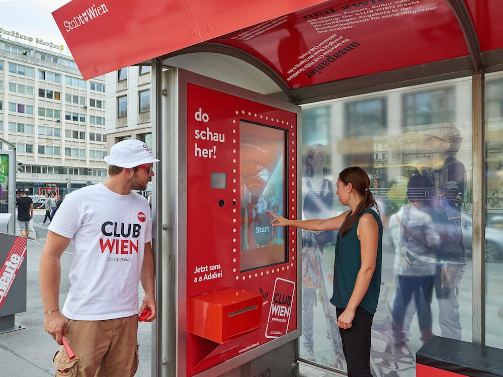 Mit der interaktiven Kampagne wird eine Vorteilskarte beworben (Foto: Gewista)