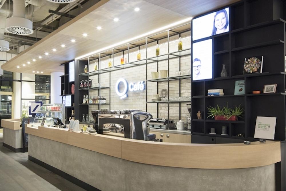 Screens an der Theke des Q Café im Quartier Zukunft (Foto: Schwitzke)