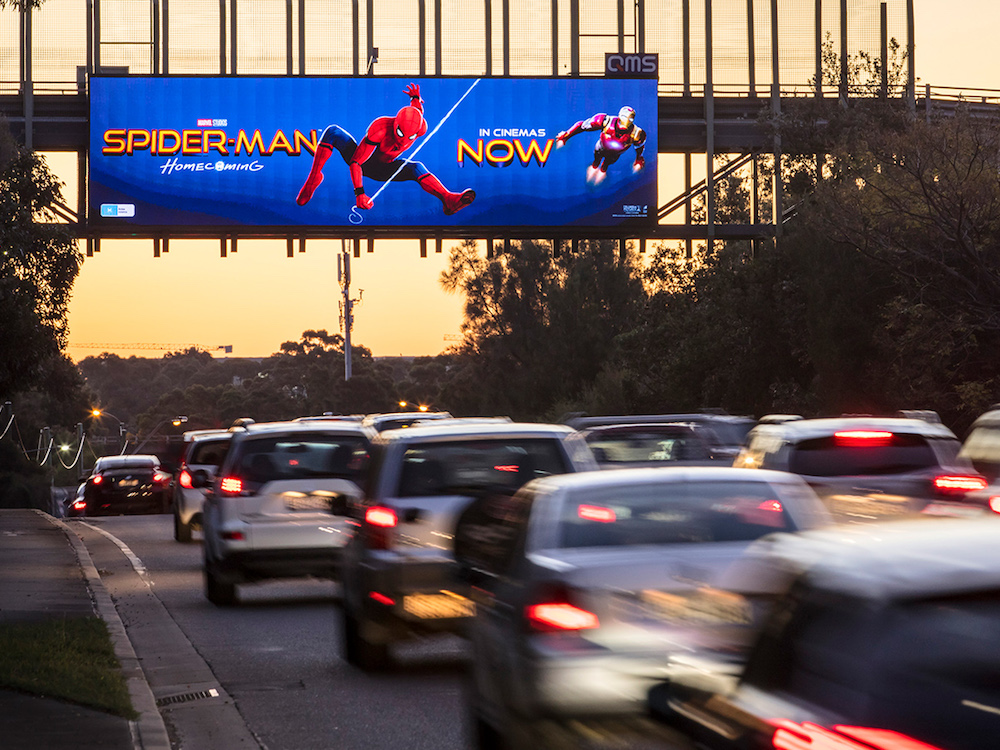 Spider Man krabbelt über das LED Display Eastlakes in Sydney (Foto: QMS Media)