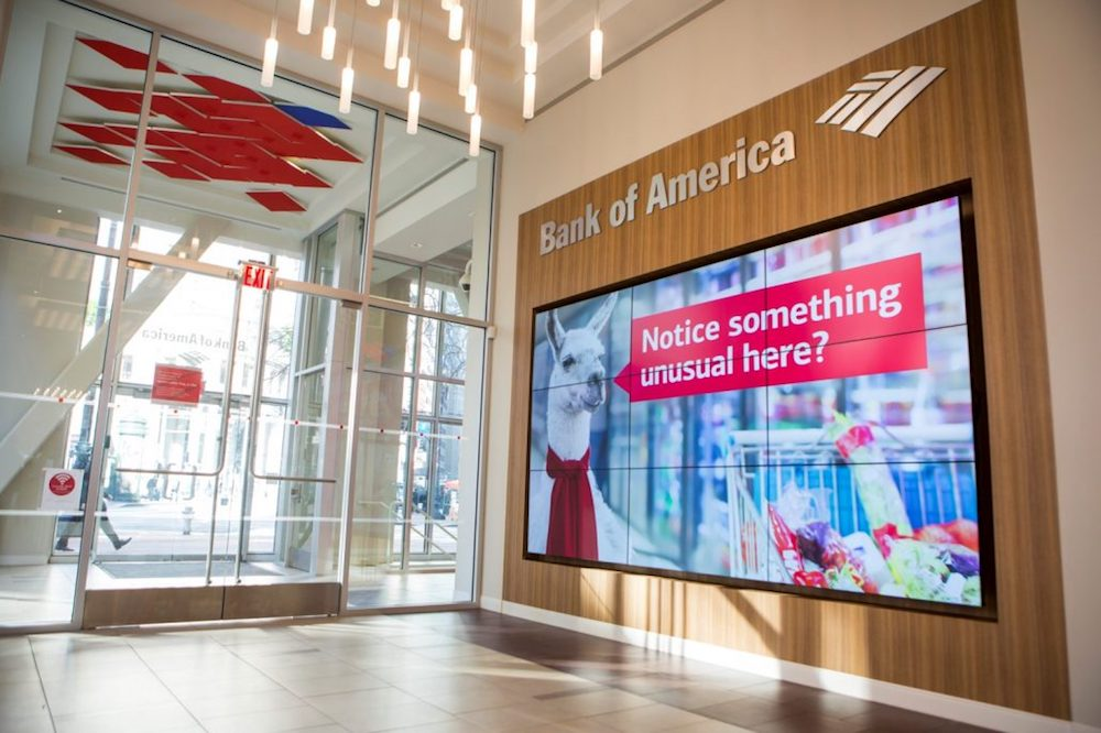 Video Wall in 3x3 Matrix im Foyer einer Bankfiliale (Foto: DMG)