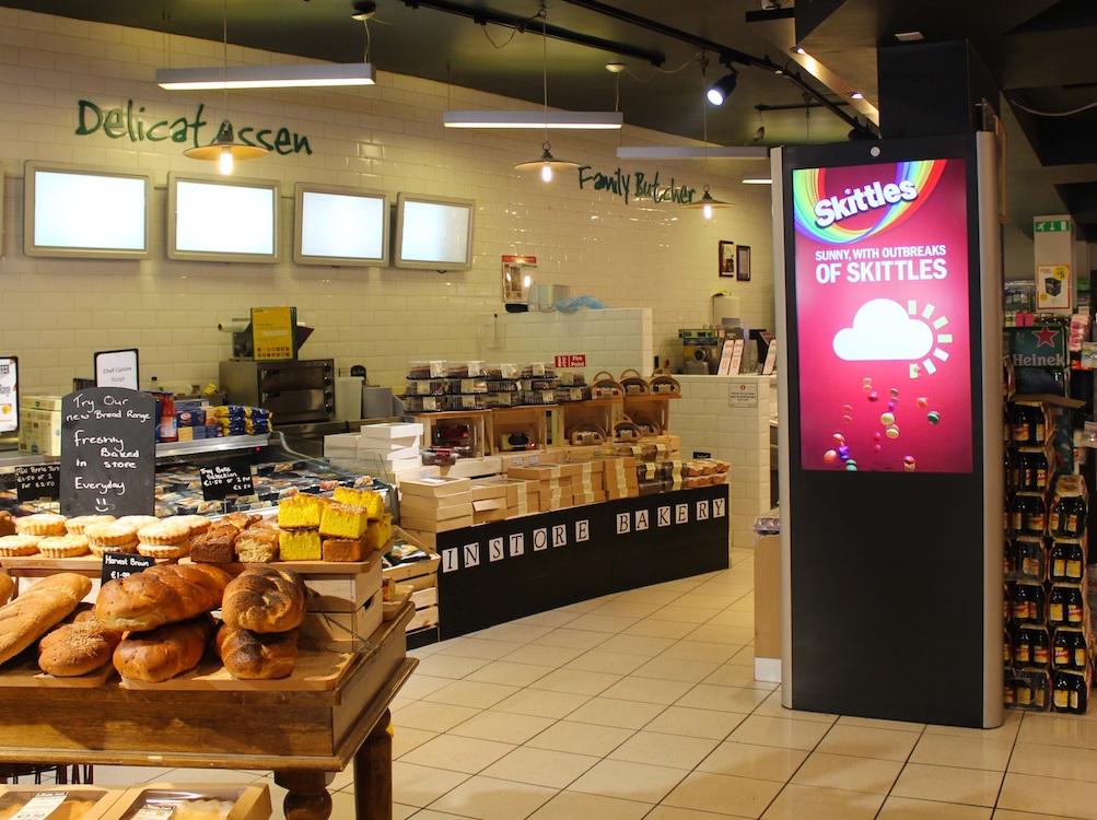 Werbung für Skittles auf einem Screen des irischen Netzwerks von Adtower (Foto: BroadSign)