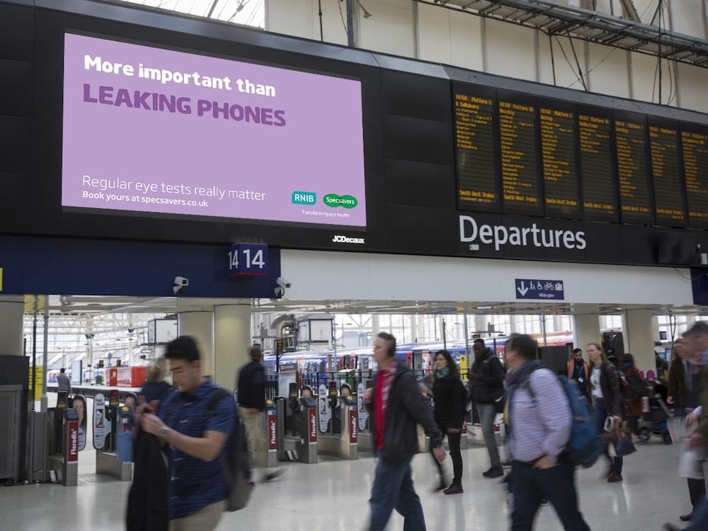 Aktuelle Specsavers-Kampagne am Bahnhof Waterloo (Foto: Grand Visual)