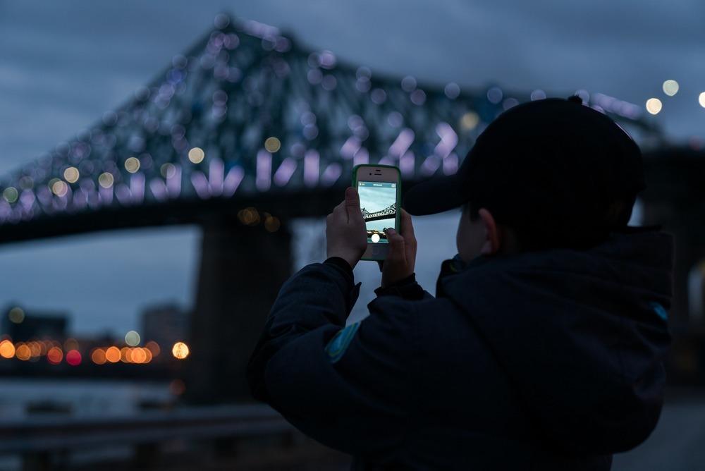 Das Konzept geht auf – Die Brücke wird als interaktives Wahrzeichen angenommen (Foto: Moment Factory)