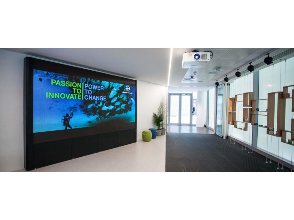 Projektoren und Screens sind auch bei Bayer UK im Einsatz (Foto: Focus 21)
