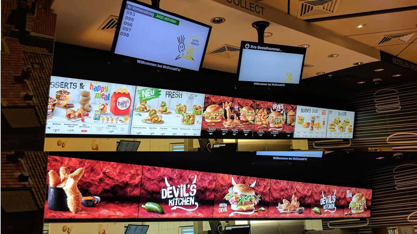 Wien Flughafen McDonalds Menüboardd im direkten Vergleich (Foto: invidis)