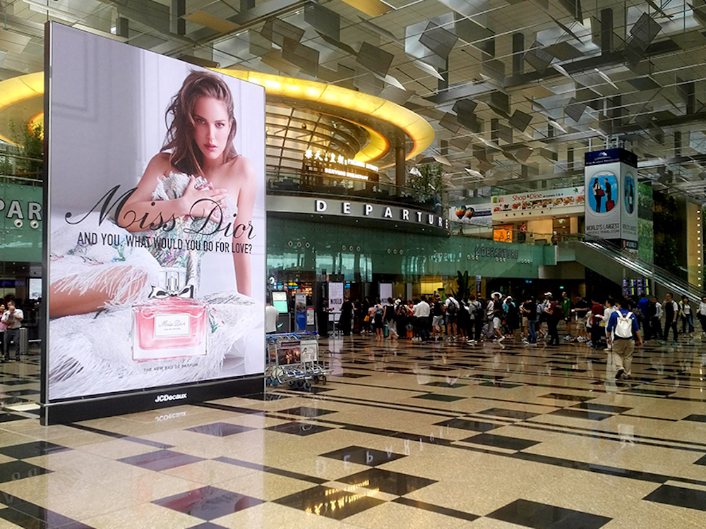 Großer LED Screen am Airport in Singapur (Foto: Aoto)