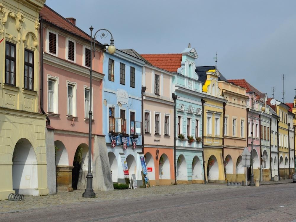 Innenstadt von Litomysl – historische Fassaden und Innenstädte erfordern unauffälligere Info Stelen (Foto: Infinitus)