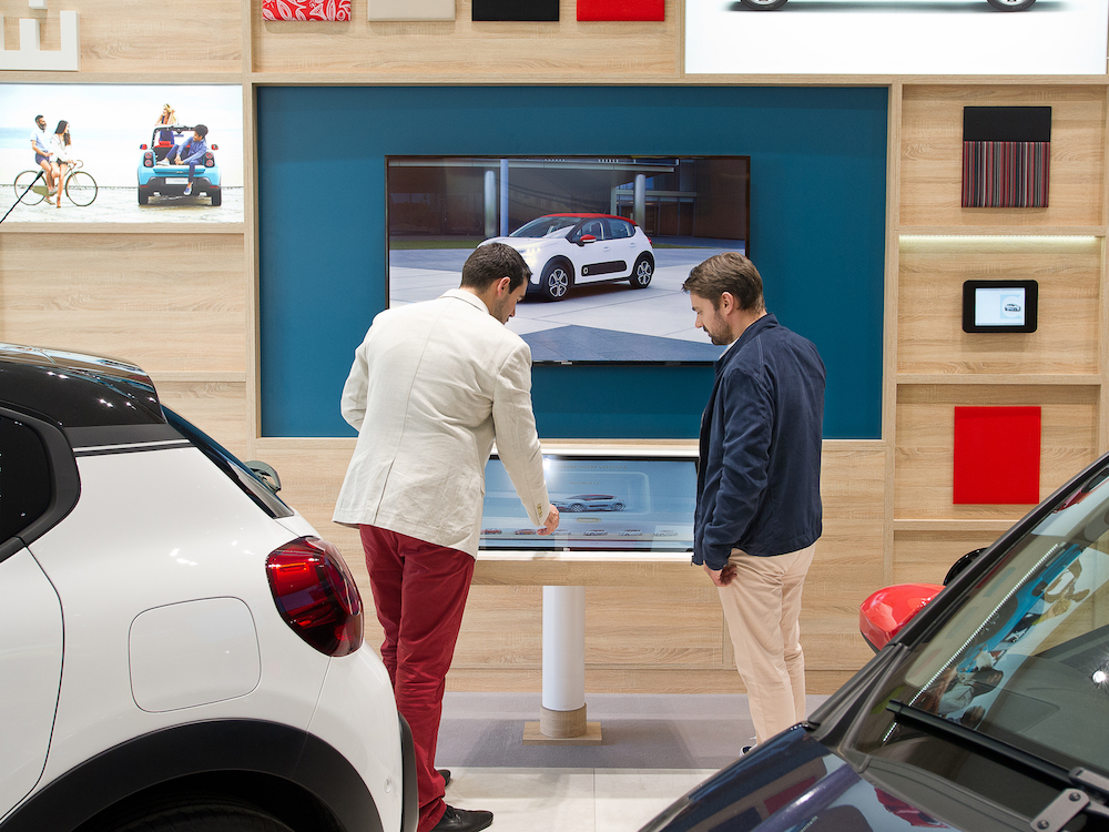 Digital Signage im Autohaus Kunden im Experience Store von PSA in Paris (Foto: Citroën/Groupe PSA)