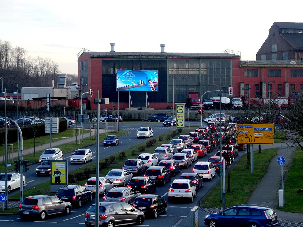 LED Screen an der Zufahrt zum CentrO (Foto: Sign You Mediascreen GmbH)
