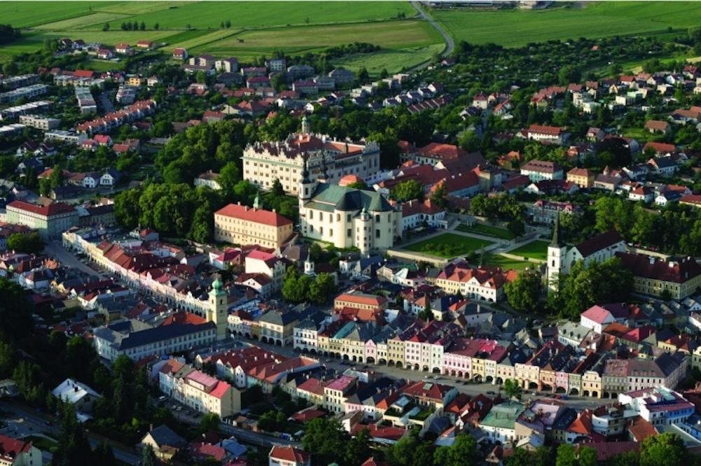 Neben dem Schloss finden sich in der Stadt zahlreiche weitere Baudenkmäler (Foto: Infinitus)
