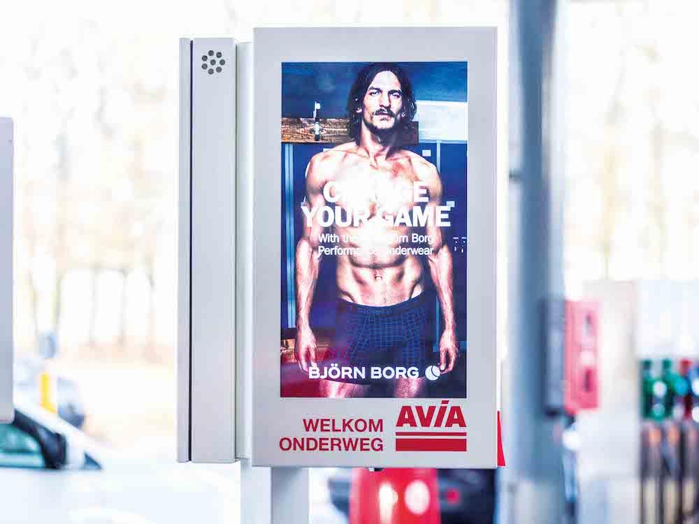 Screen an der Zapfsäule einer AVIA-Tankstelle (Foto: MMD Media)