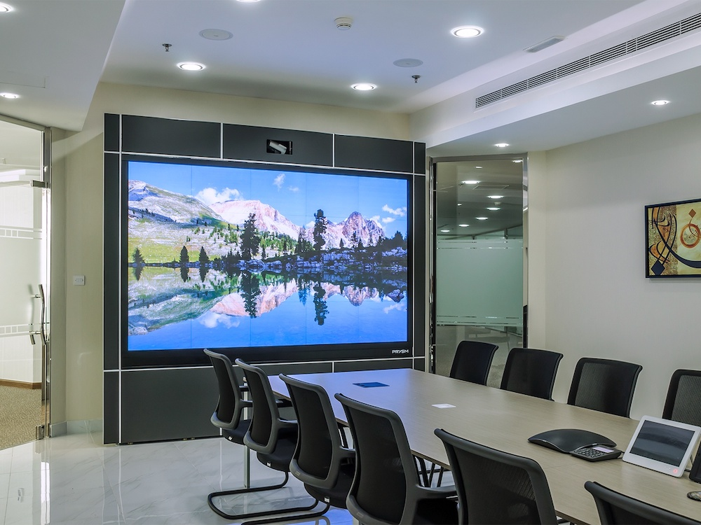 Video Conferencing Room bei Gulf Business Machines (Foto: Prysm)