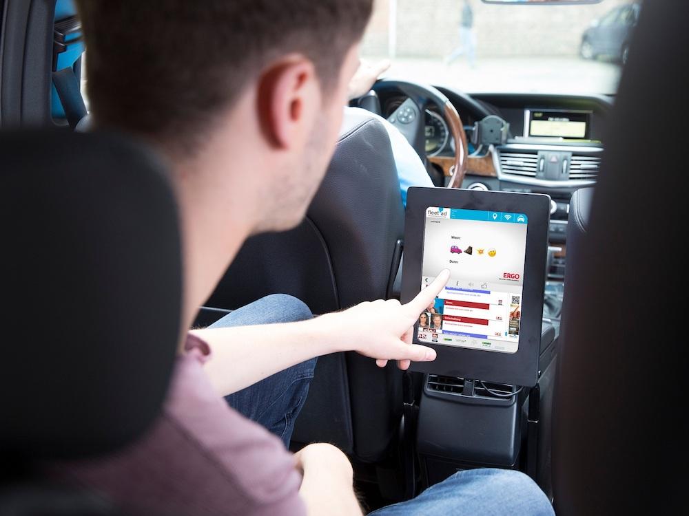 Aktuelle Ergo-Kampagne auf Tablet im Taxi (Foto: fleet ad)