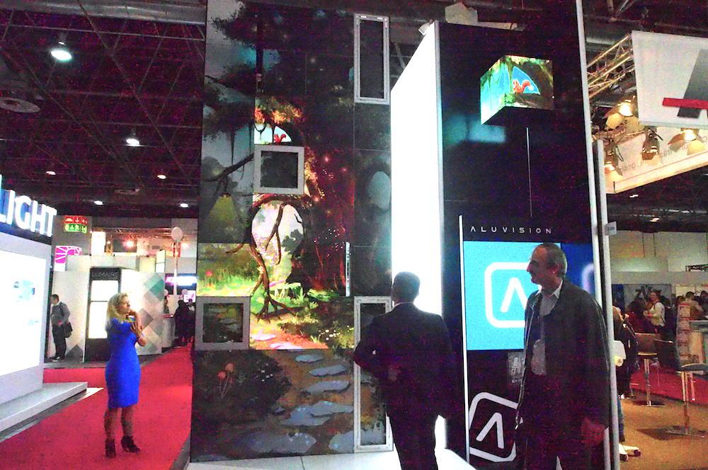 Aluvision zeigte die Kombination aus Textile und Indoor LED (links) und Outdoor LED, rechts im Bild (Foto: invidis)