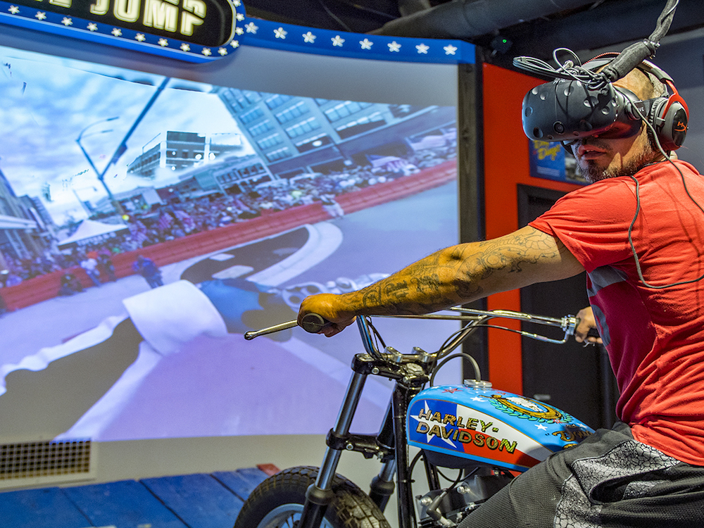 Besucher gibt Gummi – via VR (Foto: Dimensional Innovations)