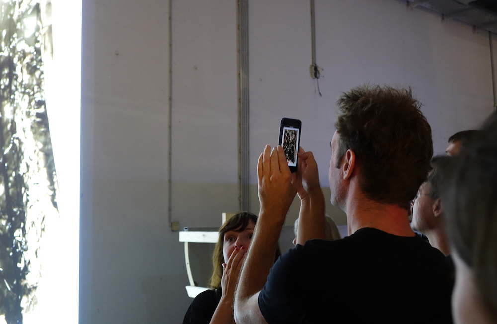 Besucher und das über Niio gezeigte Kunstwerk auf der Ars Electronica (Foto: Niio)