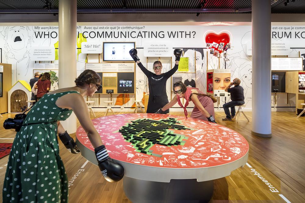Besucherinnen im Museum für Kommunikation (Foto: Thijs Wolzak)