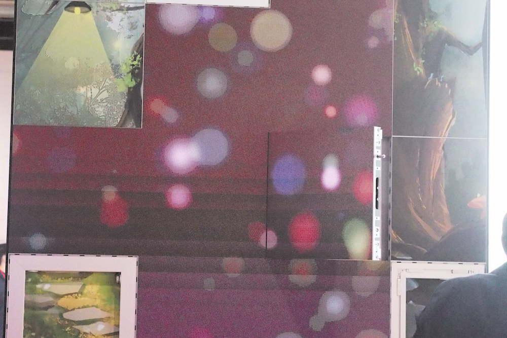 Das Aluvision-System mit geöffneter Klappe des Indoor LED-Moduls (Foto: invidis)