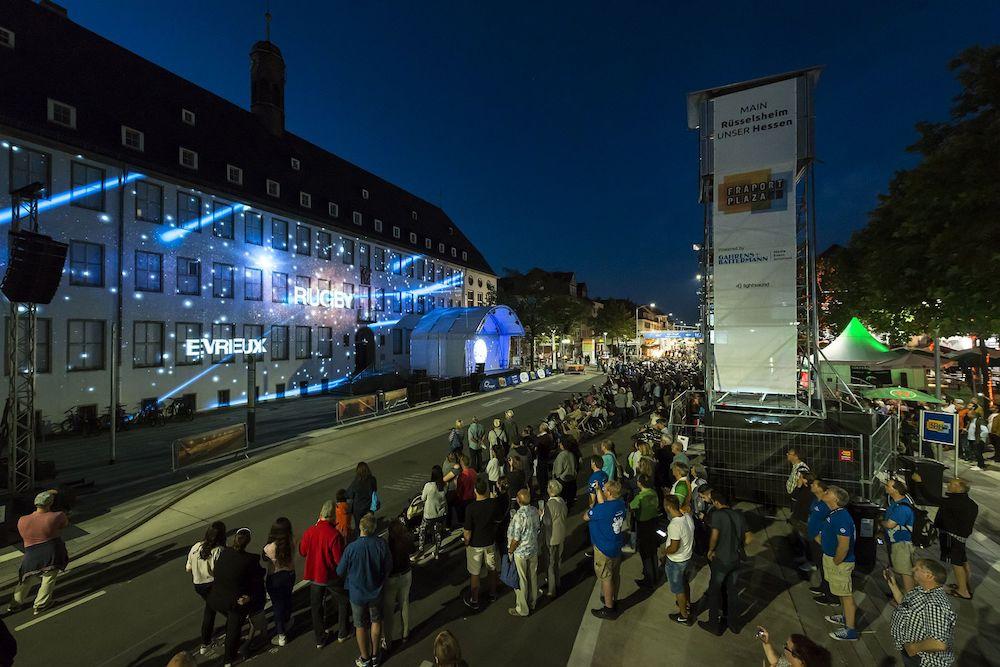 Die Fassade des Rathauses wurde zur Spielstätte (Foto: Gahrens + Battermann)