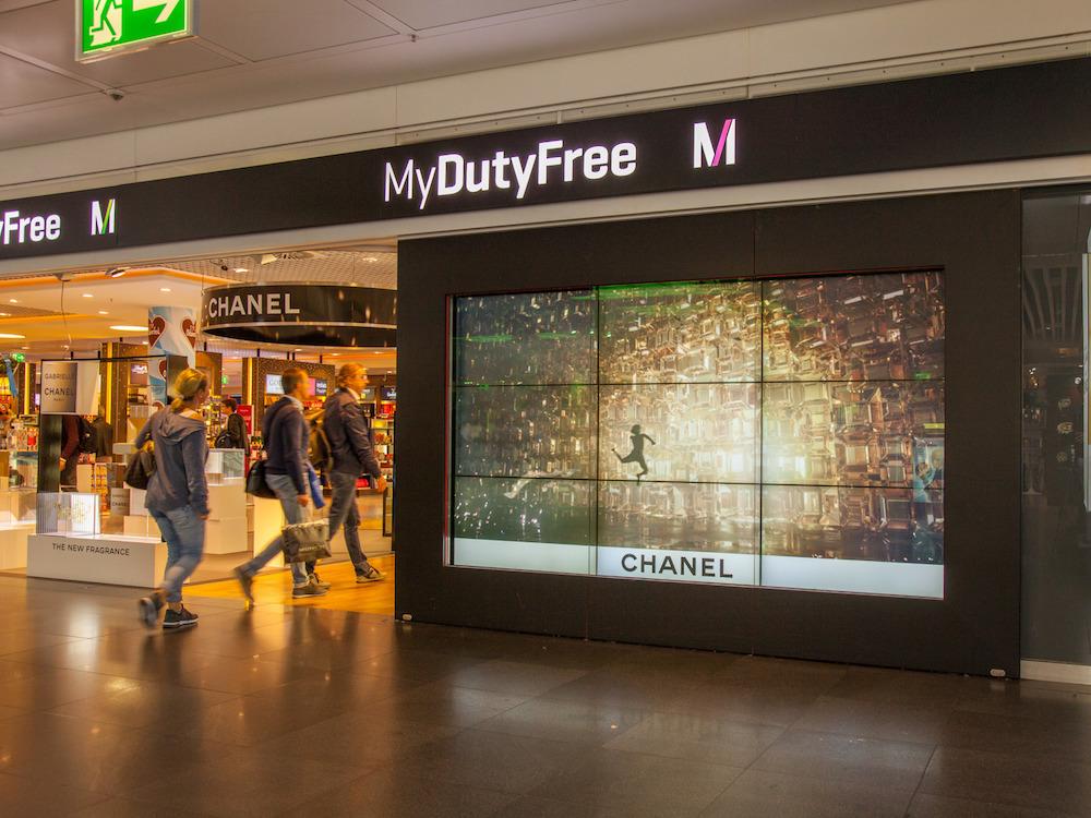 DooH-Kampagne von Chanel auf der Video Wall (Foto: Flughafen München)