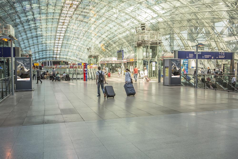 DooH Screens am Fernbahnhof des Frankfurter Airports (Foto: Infoscreen / Ströer)