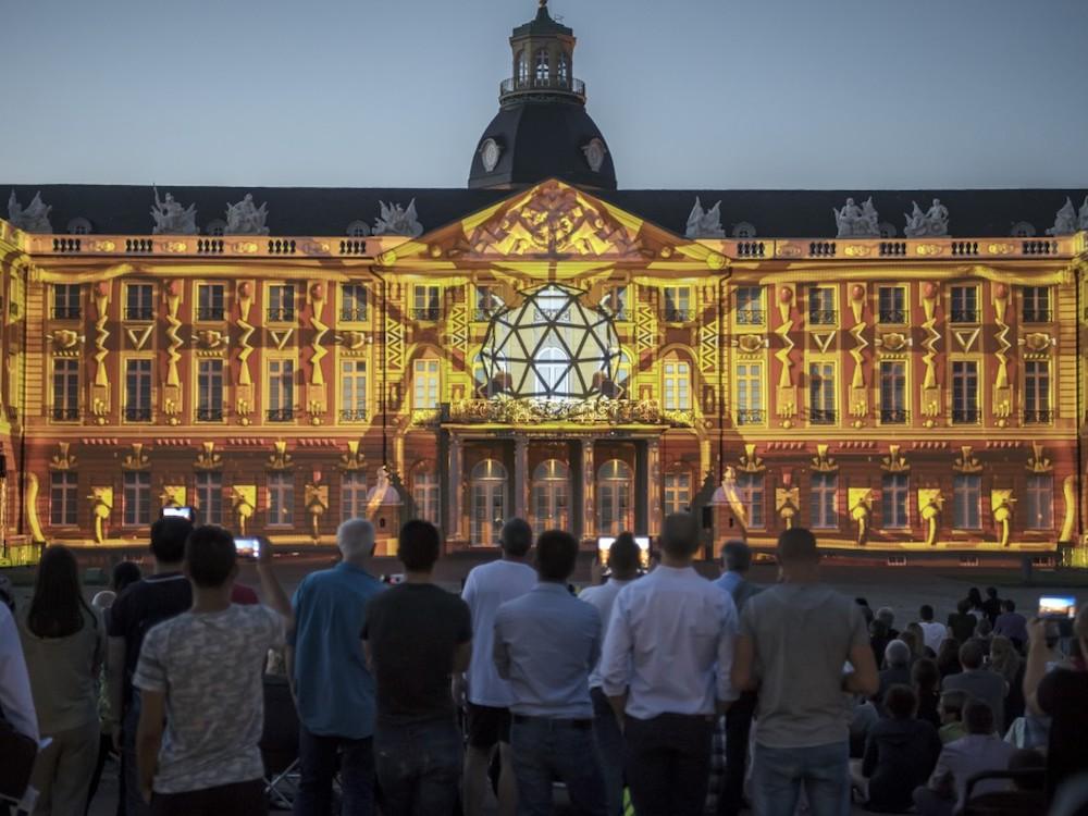 Schlosslichtspiele in Karlsruhe - Eine insgesamt 170 m breite Fassade wird alljährlich bespielt (Foto: Schlosslichtspiele)