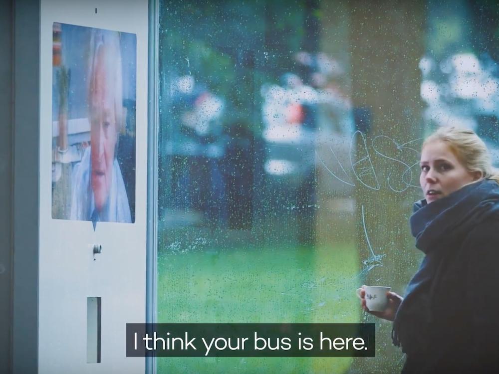 Für einen guten Plausch lässt mancher schon mal den nächsten Bus sausen (Screenshot: invidis)