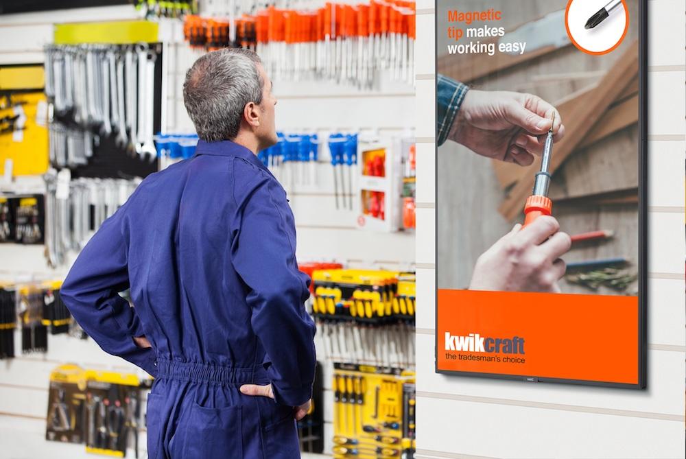 Im Portrait Mode arbeitender C-Serie Screen im Einzelhandel (Foto: NEC)