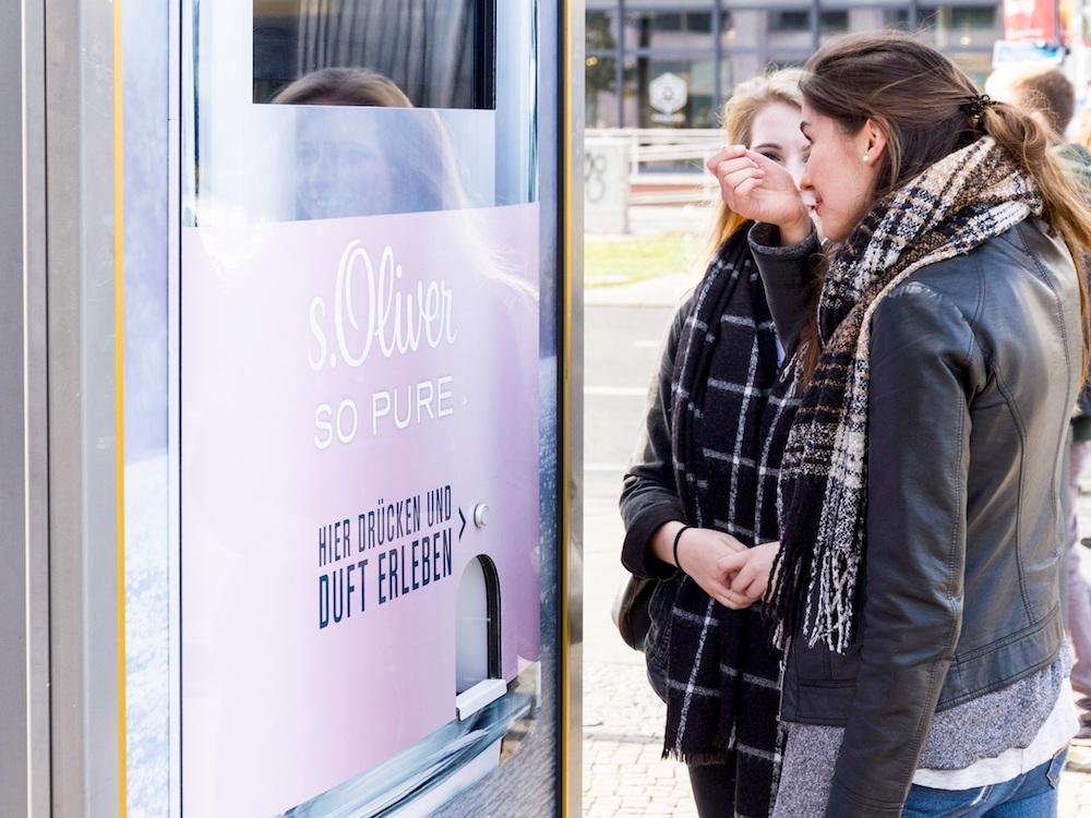 Mit digitalen Werbeträgern und Scent wirbt die Parfümmarke derzeit in Österreich und Deutschland (Foto: WallDecaux)