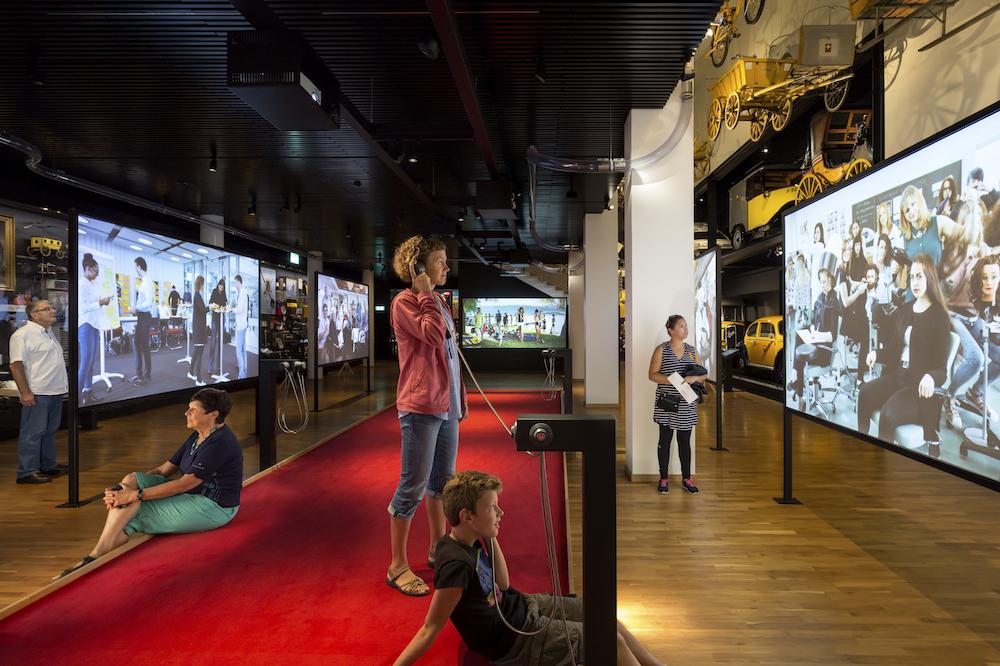 Moderne Projektionstechnik ist an vielen Stellen der Ausstellung im Einsatz (Foto: Thijs Wolzak)