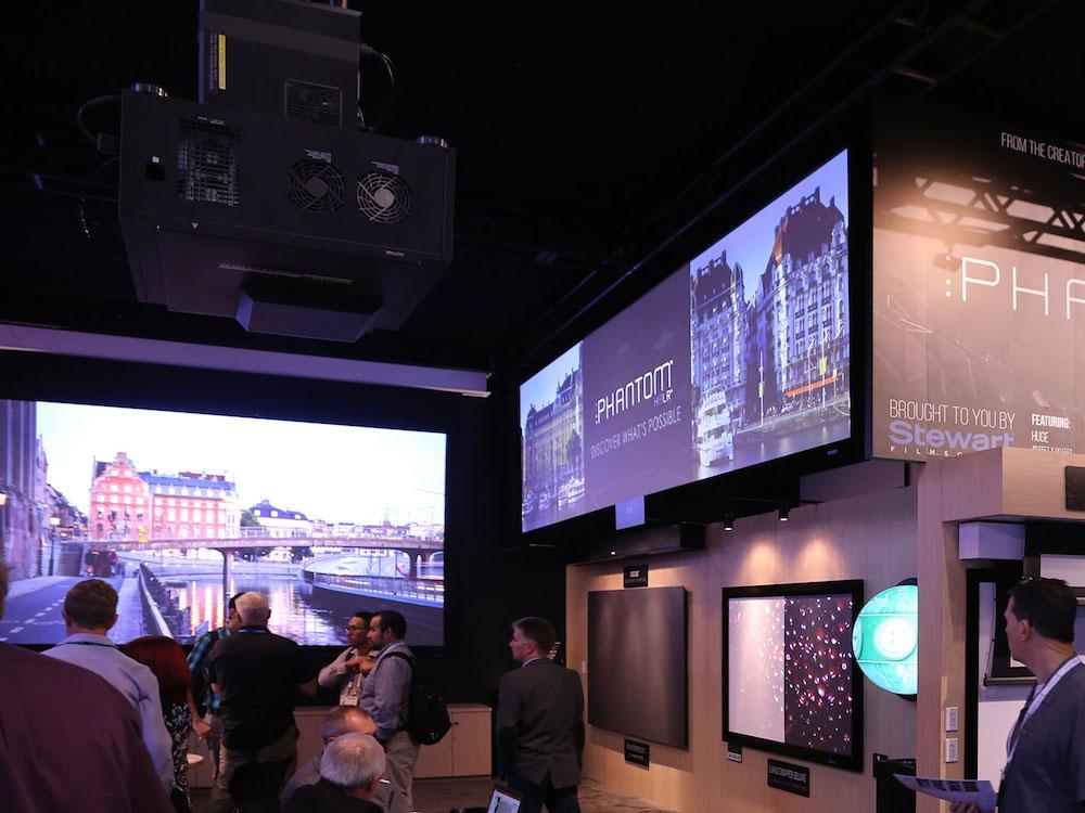 Projektor P1 am Stand von Stewart Filmscreen auf der InfoComm 2017 (Foto: Norxe)