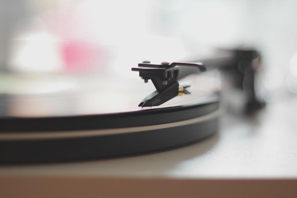 Plattenspieler –Auch der Optiker kann eine gute Scheibe auflegen, wenn auch digital (Foto: Pixabay / Free-Photos)