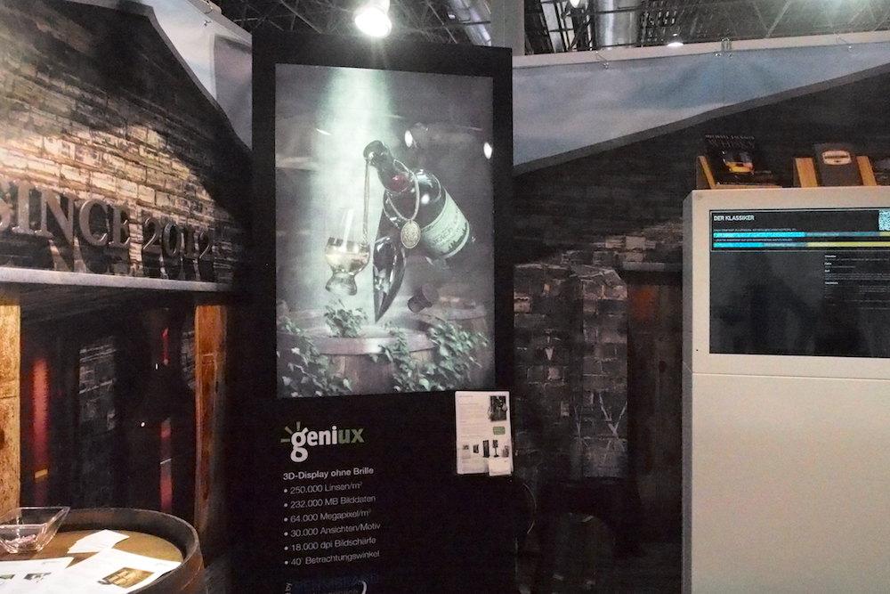 Stand von Geniux: Links die 3D Lösung, rechts im Bild Nutzermenü auf der transparenten Box (Foto: invidis)