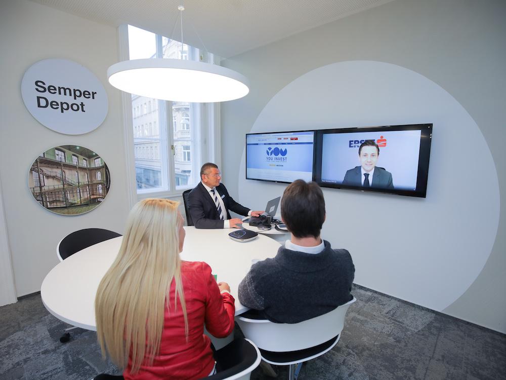 Videoberatung in einem der Besprechungsräume der neuen Filiale (Foto: Erste Bank / Hinterramskogler)