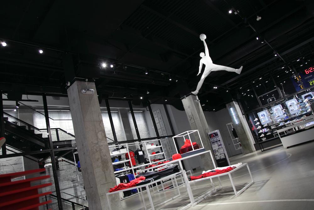 Vier der 2,4 m hohen Schaufenster werden mit Projektoren bespielt (Foto: Advanced)