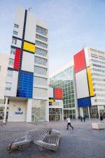 Das Rathaus von Den Haag mit farbigen Kacheln im Mondrian-Stil (Foto: Kinetic)