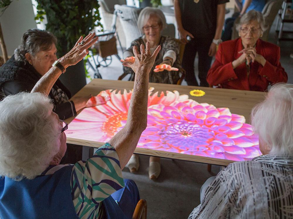 Demenzkranke spielen an der interaktiven Towertafel (Foto: Active Cues)
