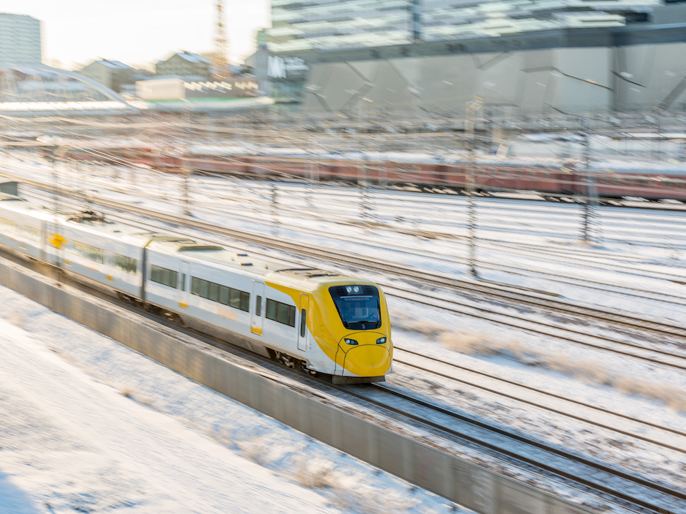 Der schwedische Arlanda Express vor der Mall of Scandinavia (Foto: A-Train / Stefan Andersson)