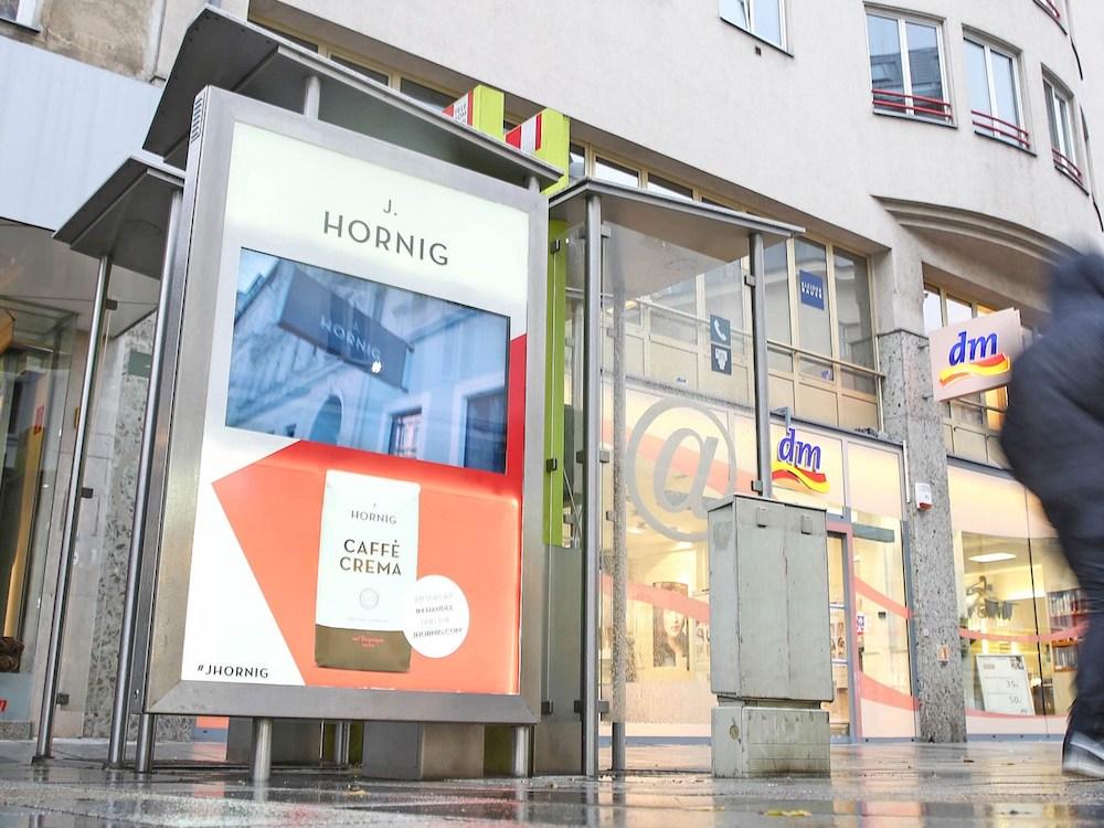 Digitale und analoge Werbeträger werben derzeit für J Hornig (Foto: Epamedia)