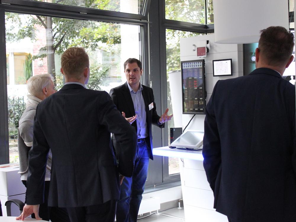 Diskussion beim Kundenevent im Open Showroom in Berlin (Foto: NEXGEN smart instore)