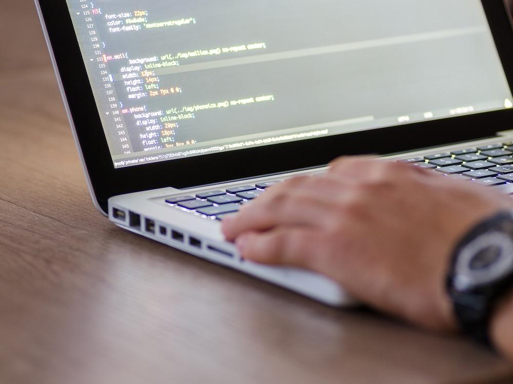 Programmierer bei der Arbeit (Foto: Pixabay / AlfredMuller)