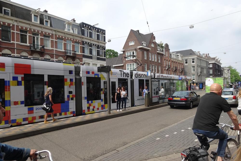 Trambahn im Mondrian-Design (Foto: Kinetic)