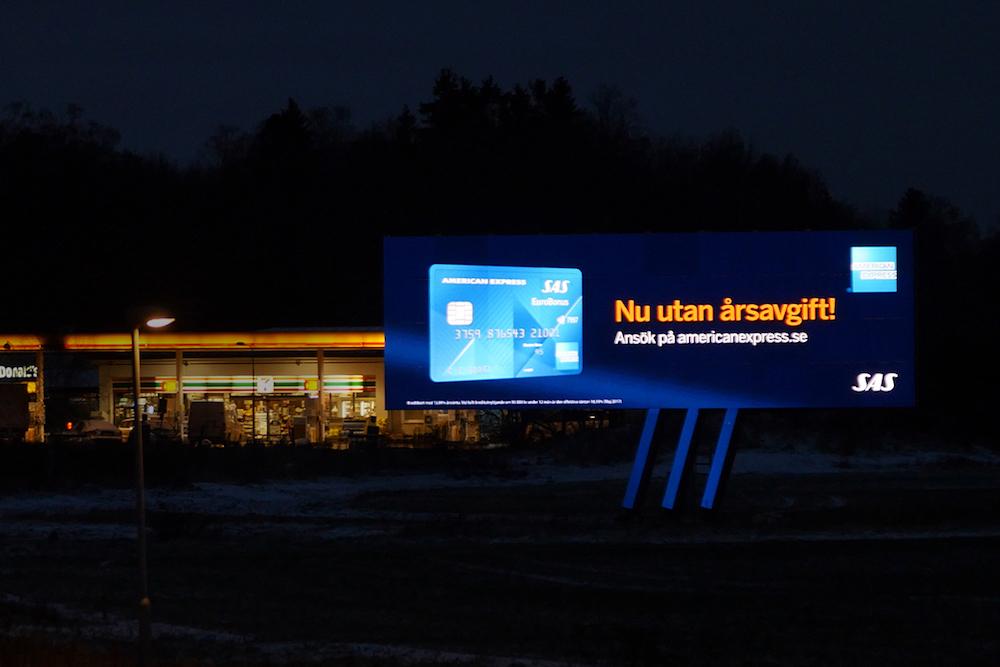 Werbung für die Amex-Karte derAirline SAS auf dem neuen Screen nahe Arlanda (Foto: Atracta)