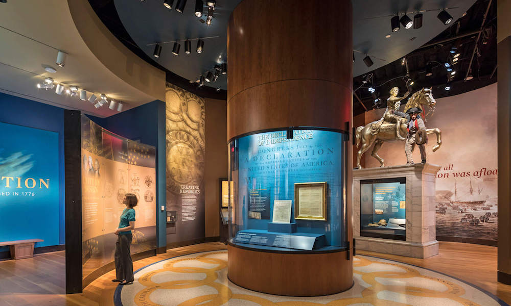 Zahlreiche Exponate werden modern inszeniert (Foto: Robert A.M. Stern Architects)