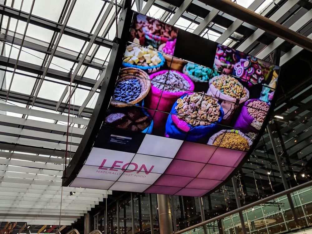 Digital Signage Amsterdam Airport (Foto: invidis)