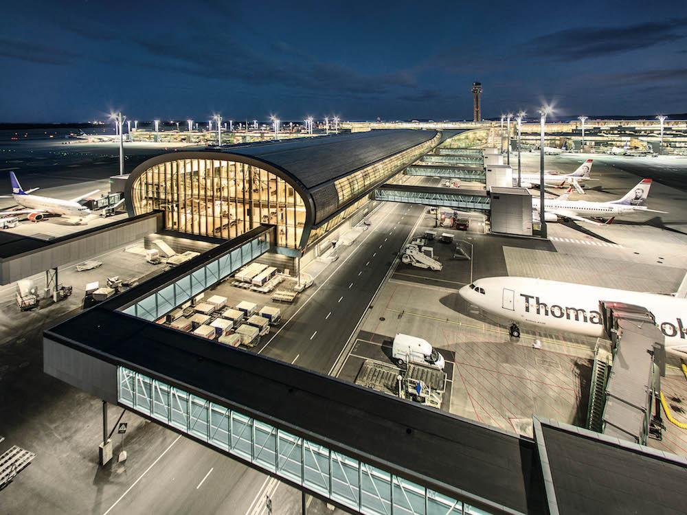 Am neuen Terminal des Airports Oslo sorgen jetzt Lösungen von Zumtobel Group für das richtige Licht (Foto: Espen Solli)